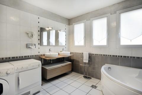 Chartres hotel gite voves eure et loir 28 logis france for Salle de bain avec douche et baignoire de luxe